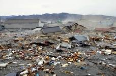 Des maisons, des voitures et tant d'autres débris sont emportés par le tsunami à Kesennuma dans la préfecture de Miyagi, au nord du Japon