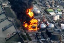 Des réservoirs de gaz naturel brûlent dans une usines de la préfecture de Chiba, près de Tokyo