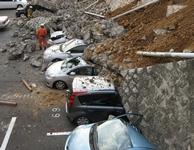 Des véhicules sont écrasés par un mur écroulé dans un parking de la ville de Mito dans la préfecture d'Ibaraki