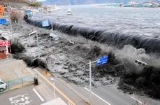 Une vague s'approche de la ville de Miyako