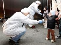 Vérification du taux de radiation d'un enfant vivant près de la centrale nucléaire de Fukushima 1