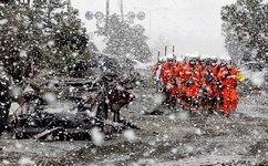 La neige n'est pas favorable aux recherches des éventuels survivants